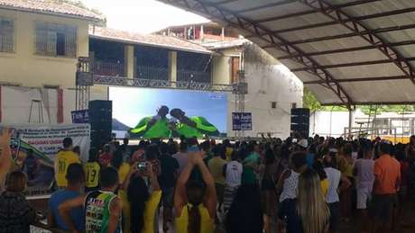 Telão foi instalado em ginásio da pequena Ubaitaba (BA), de 20 mil habitantes, para a população ver seu filho mais famoso brilhar na Rio 2016