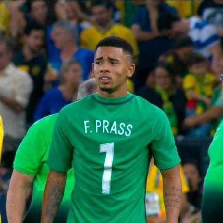 Companheiro de Prass no Verdão, Gabriel Jesus vestiu a camisa do amigo na cerimônia de premiação (Foto: Reprodução TV Globo)