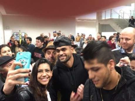 Atacante foi recepcionado no aeroporto por torcedores que esperavam o goleiro Weverton (Foto: Monique Vilela/ Rádio Banda B)