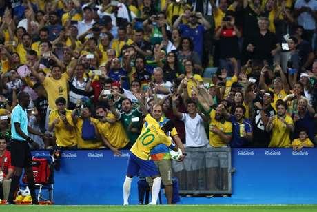 Neymar imita a comemoração de Bolt na frente da torcida brasileira