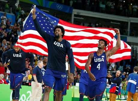 Jogadores dos Estados Unidos comemoram a conquista do ouro, com vitória sobre a Sérvia na final, na Rio 2016
