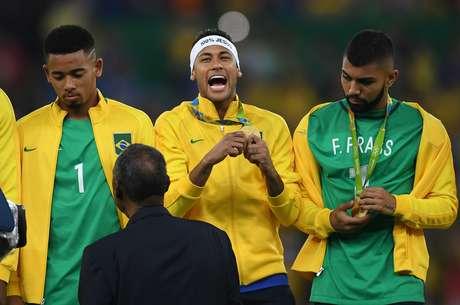 Gabriel Jesus e Gabigol vestiram a camisa do goleiro Fernando Prass, cortado da Seleção olímpica por contusão, após a conquista do ouro, no Rio