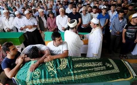 Vítima de ataque suicida na Turquia é enterrada