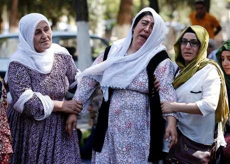 Parentes e amigos de vítimas se desesperam após atentado a bomba em casamento