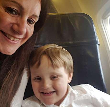 Mãe do menino está fazendo uma campanha para conscientizar as pessoas sobre o choque tóxico