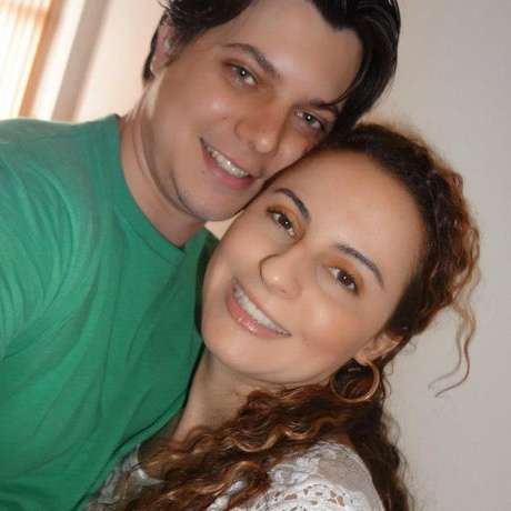 Karla e Elton em 2012, já noivos. Eles se conheceram quando ele tinha 16 e ela 21