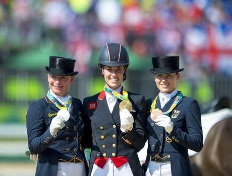 A britânica Charlotte Dujardin,  a alemã Isabell Werth e a também alemã Kristina Broring-Sprehe no pódio por adestramento individual
