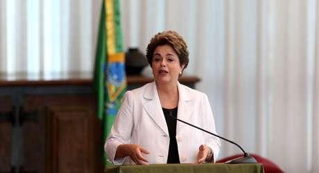 A presidente afastada Dilma Rousseff divulga carta denominada Mensagem ao Senado e ao povo brasileiro, na qual admite que cometeu erros na gestão do país e propõe novo plebiscito