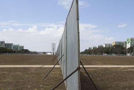 Muro do impeachment é reerguido na Esplanada dos Ministérios, em Brasília