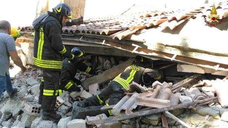 Bombeiros de Amatrice buscam vítimas em escombros após terremoto