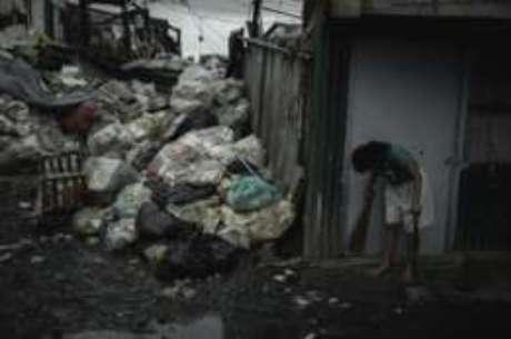 Lixo se acumula nas ruas de Happyland, distrito de Tondo, em Manila
