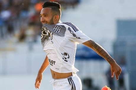 Corinthians trava no Moisés Lucarelli, Ponte Preta domina e vence com facilidade em casa