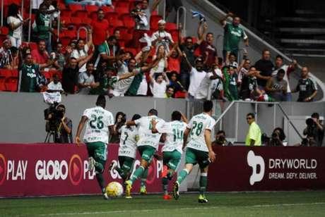 Jogadores do Palmeiras festejam gol em Brasília (Foto: Claudio Duarte/ Raw Image/Lancepress!)