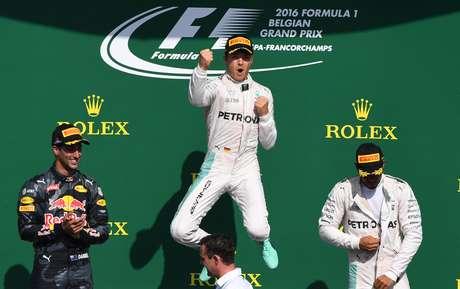 El alemán Nico Rosberg, de la escudería Mercedes, celebra en el podio del Gran Premio de Bélgica el domingo 28 de agosto de 2016, flanqueado por el australiano Daniel Ricciardo (izquierda), quien llegó segundo, y por el británico Lewis Hamilton, quien fue tercero