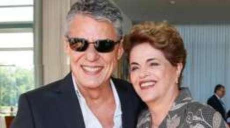 Dilma chegou ao lado de Chico Buarque para apresentar sua defesa no Senado