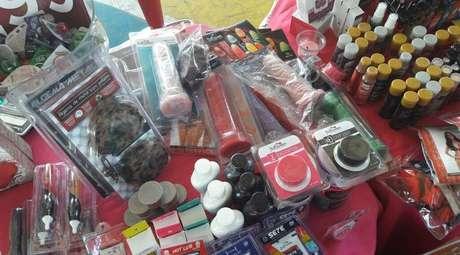 Vibradores, calcinhas comestíveis e algemas estavam entre itens vendidos a alunos em brechó