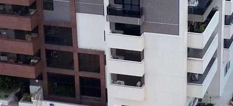 O corpo de uma mulher, identificada pelo Corpo de Bombeiros como Laís K., de 48 anos, foi encontrado dentro de um apartamento no 18º andar. Na área externa do prédio, foram recolhidos os corpos de Nabor Oliveira, de 43 anos, e de duas crianças, de 10 e 6 anos.