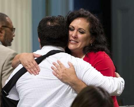 La asambleísta demócrata Lorena González es felicitada por su colega Jimmy Gómez después de que la Asamblea aprobó su iniciativa de ley que exige que los trabajadores agrícolas reciban pago de tiempo extra después de laborar ocho horas, el lunes 29 de agosto de 2016, en Sacramento, California. La medida AB1066 pasa ahora al gobernador.