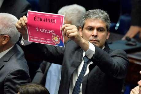 Senador Lindberg Farias protesta contra impeachment de Dilma