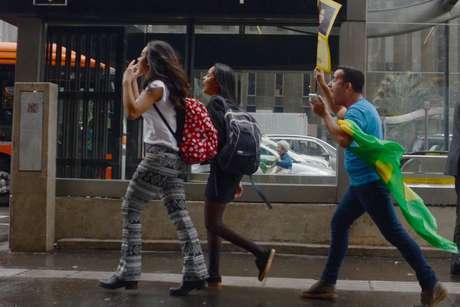 Manifestantes contrários se estranham na avenida Paulista
