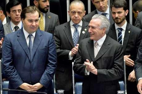 Rodrigo Maia ao lado de Michel Temer na cerimônia de posse