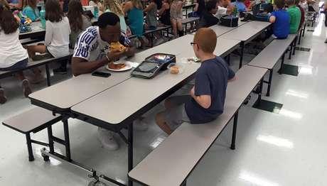 Travis Rudolph almoçando com o estudante