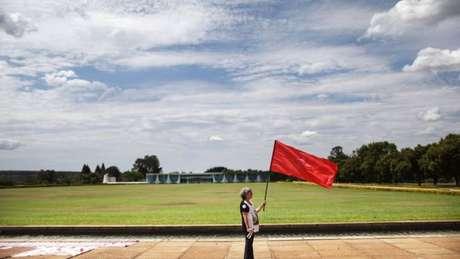 Apoiadora do PT diante do Palácio do Alvorada antes de declaração de Dilma Rousseff sobre impeachment; imprensa internacional reconhece legalidade de processo, mas questiona aspectos da legitimidade de novo governo