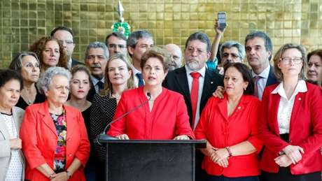 Na ações, as legendas pedem que seja concedida liminar para inabilitar Dilma para exercer função pública até decisão de mérito sobre a legalidade da votação separada.
