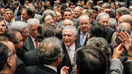 Em cerimônia no Senado, Michel Temer tomou posse como presidente; ativistas criticam falta de representatividade das mulheres no governo dele