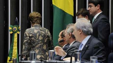 """Dilma Rousseff citou as mulheres em seu discurso de defesa no Senado: """"Parceiras incansáveis de uma batalha em que a misoginia e o preconceito mostraram suas garras"""""""