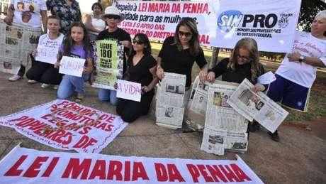 """Com o lema """"Por uma vida sem violência: para mim, para nós, para todas"""", mulheres protestam pela implementação da Lei Maria da Penha"""