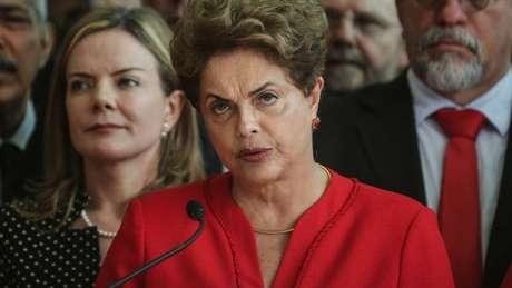 Dilma em discurso de despedida: jornais destacaram o tom duro de oposição e a tentativa de reverter decisão na Justiça