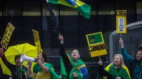Manfestantes pró-impeachment festejam em São Paulo após votação no Senado; para britânico Guardian, pesquisas e protestos de rua mostram que 'eleitores estão cheios de quase todos os políticos'.