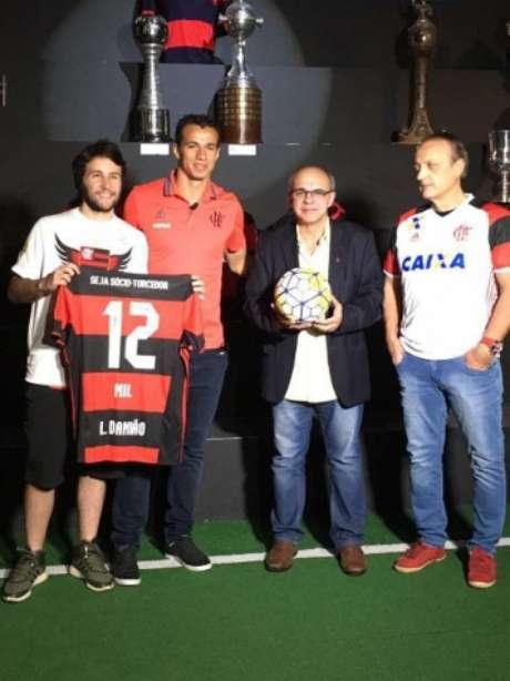 Damião entregou bola em evento que contou com Bandeira de Mello e ídolo Leandro (Divulgação)
