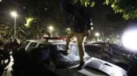 Homem que teria participado de depredação de carro da Polícia Civil foi preso na quinta-feira