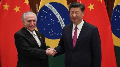 """Em primeiro encontro bilateral, presidente brasileiro diz querer intensificar """"sólida relação que foi construída ao longo do tempo"""" com a China"""