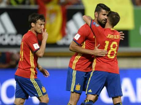 Diego Costa é abraçado por companheiros da seleção espanhola (Foto: AFP)