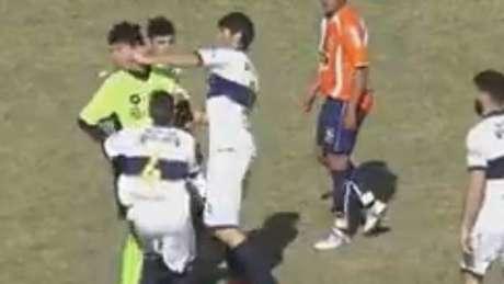 VERGONZOSO | Brutal agresión de un futbolista al árbitro en Argentina