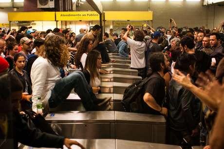 Manifestantes pularam a catraca do metrô na estação Faria Lima