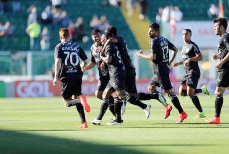 Jogadores do Figueirense comemoram o gol marcado por Lins, que garantiu a vitória diante do Atlético-PR (Foto:Cristiano Andujar/AGIF)