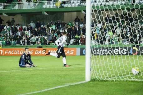Raphael Veiga foi um dos principais nomes do Coritiba (Foto: Guilherme Artigas/Fotoarena/Lancepress!)