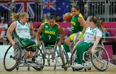 Seleção Brasileira feminina em ação durante a disputa dos Jogos Olímpicos de Londres, em 2012
