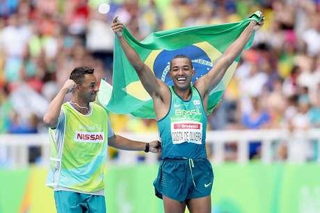 Ricardo Costa celebra com a bandeira do Brasil a conquista da medalha de ouro no Estádio Olímpico Nílton Santos, no Rio de Janeiro