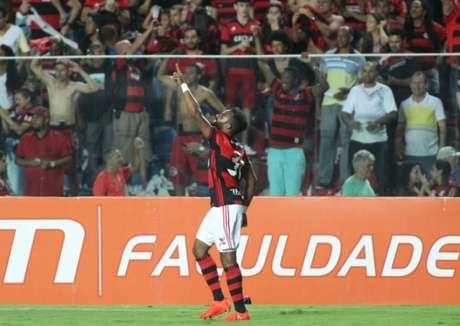 Fernandinho festeja gol da vitória sobre a Ponte (Gilvan de Souza / Flamengo)