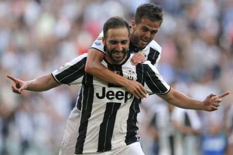 Higuaín é abraçado por Pjanic após marcar pela Juventus (Foto: MARCO BERTORELLO/AFP/Lancepress!)