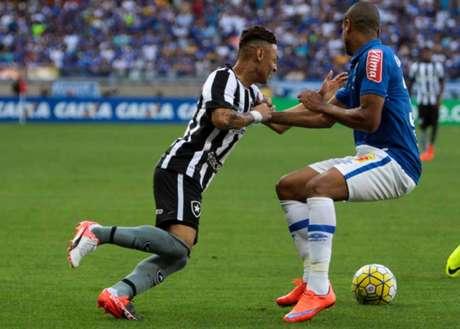 O atacante Neilton foi bem marcado pelo time cruzeirense no primeiro tempo (Foto: Fernando Michel/Lancepress!)