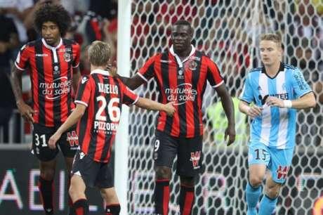 Companheiro do brasileiro Dante, Balotelli comemora gol na estreia pelo Nice (VALERY HACHE / AFP)