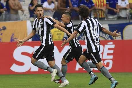 Canalas comemora com seus companheiros o gol que marcou e abriu o placar a favor do Botafogo contra o Cruzeiro, em Belo Horizonte (MG)