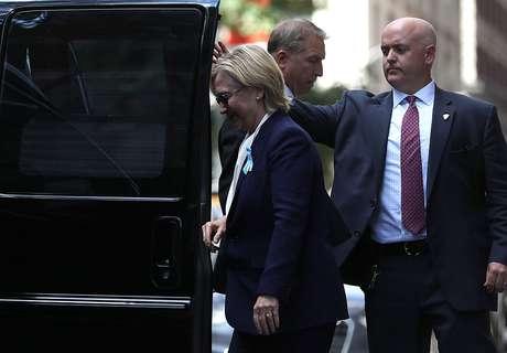 Hillary Clinton deixa o ato de homenagem às vítimas do 11 de setembro