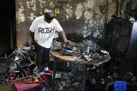 Frederick Terrell levanta escombros dentro de la casa donde hubo un incendio la madrugada del lunes 12 de septiembre del 2016, en Memphis, Tennessee. Terrell dijo que era amigo de la familia que vivía en la casa. El siniestro dejó nueve muertos, cinco adultos y cuatro niños.